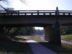 ふと振り返ると,橋げたの向こうに鉄橋が見えました