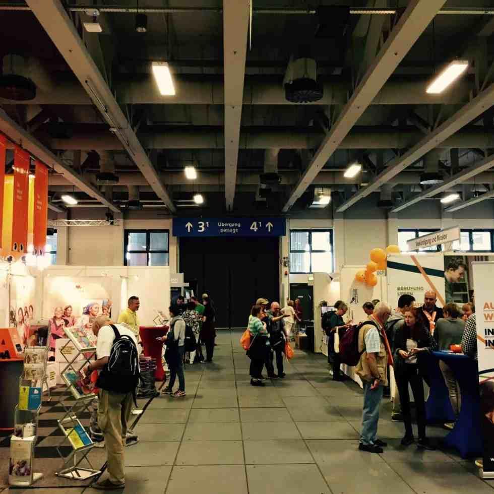 Ein Gang mit Infoständen auf dem Deutschen Evangelischen Kirchentag 2017 in Berlin