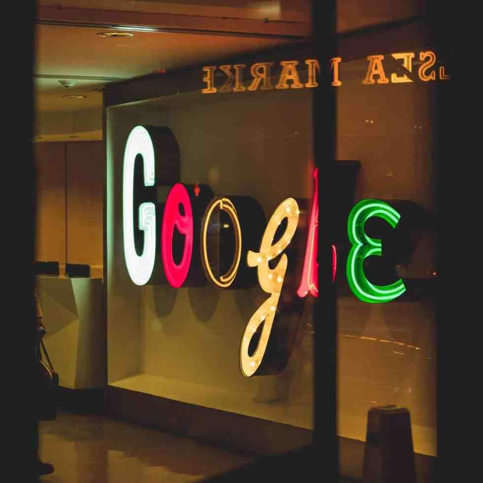 Google Foyer mit Leuchtbuchstaben. Titelbild des Artikels über Gemeinde SEO Tipps