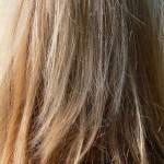 ヘアカラーの後、髪がパサつくのはなぜ?
