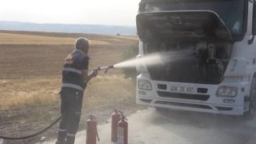 Tırın motor bölümünde çıkan yangın korkuttu