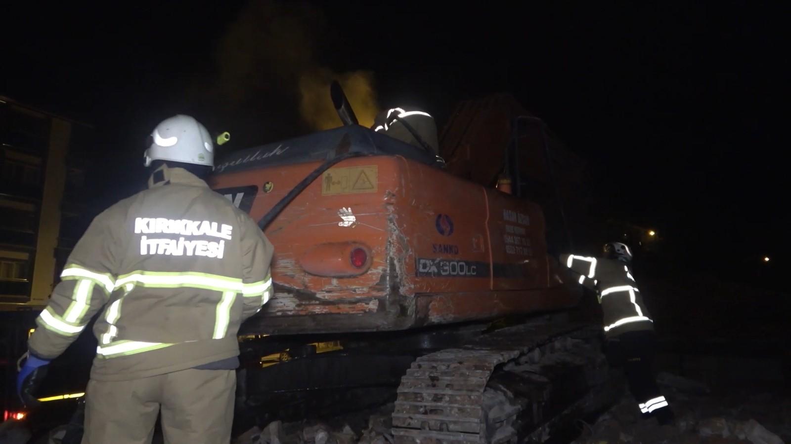 İş makinesinde çıkan yangın, itfaiye ekiplerince söndürüldü