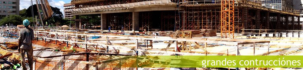 Ingenieros de nuestra constructora trabajando
