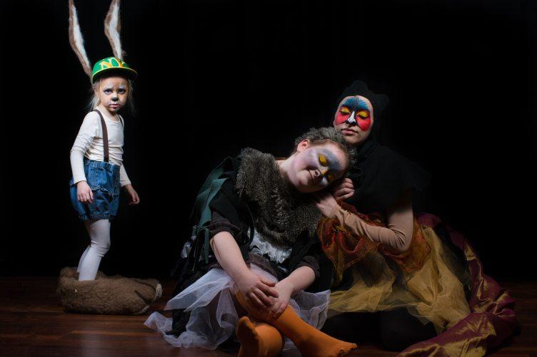 Näytelmän pieni rusakko seisoo maassa istuvien pikkulinnun ja fasaanin vieressä.