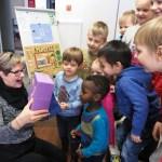 Päiväkodin lapsia lastenohjaaja Leila Saukkosen kanssa