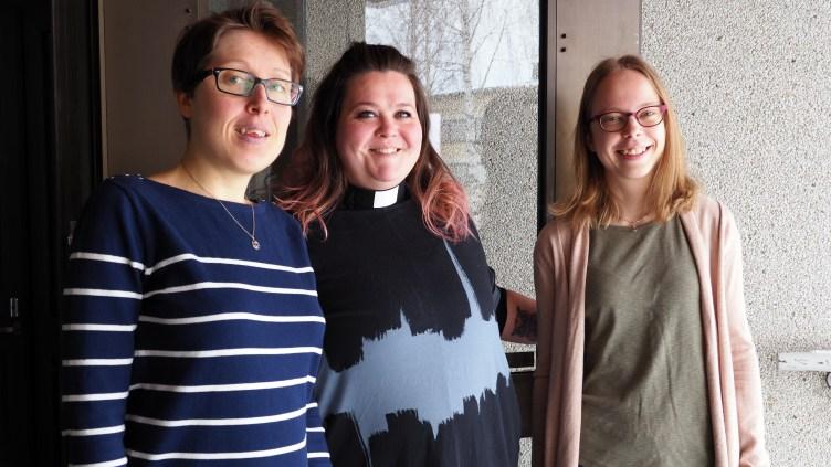 Iiris Lehto, Katri Vilén ja Saga Boberg hymyilevät.