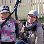 Äiti ja lapsi ovat leikkipuiston keinussa.