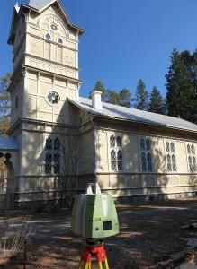 Utran kirkkoa mitataan laserkeilaimella.
