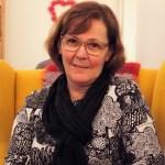 Anne Koukku istuu nojatuolissa