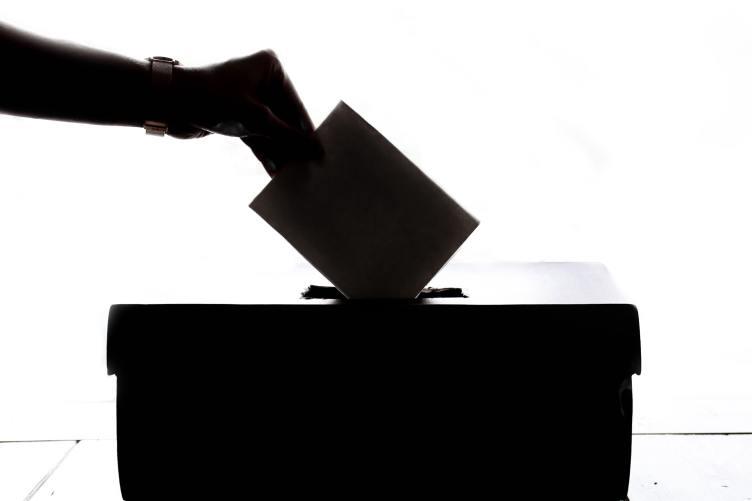 Vaalippua laitetaan vaaliuurnaan.