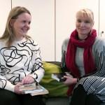 Miia Muhonen ja Hanna Pajarinen istuvat sohvalla runokirjat kädessään.