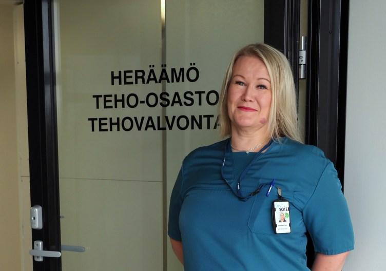 Mari Matikainen seisoo Pohjois-Karjalan keskussairaalan teho-osaston ovella.