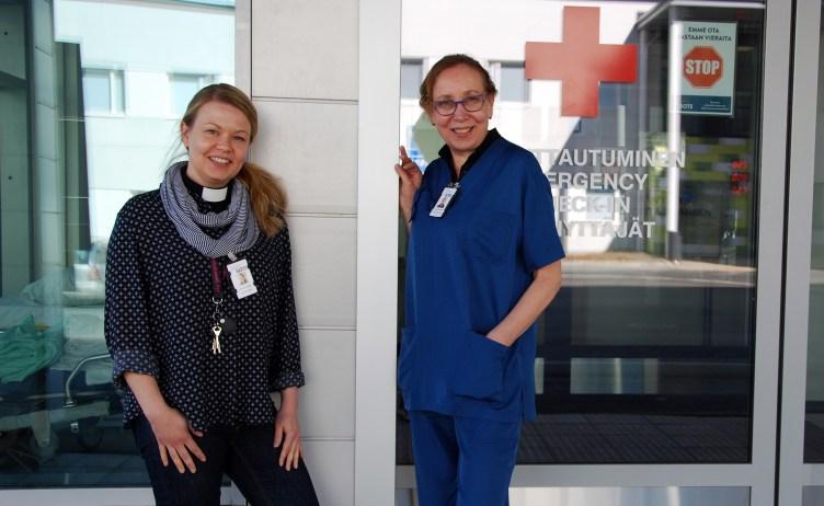Sairaalapapit Eja Majasaari ja Marja Liisa Liimatta seisovat Pohjois-Karjalan keskussairaalan päivystyksen ovella