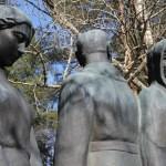 Patsas, jossa kolme vakavaa ihmishahmoa, kaksi kuvaajaa kohti katsovaa naista ja yksi selkä kuvaajaan päin seisova mies.