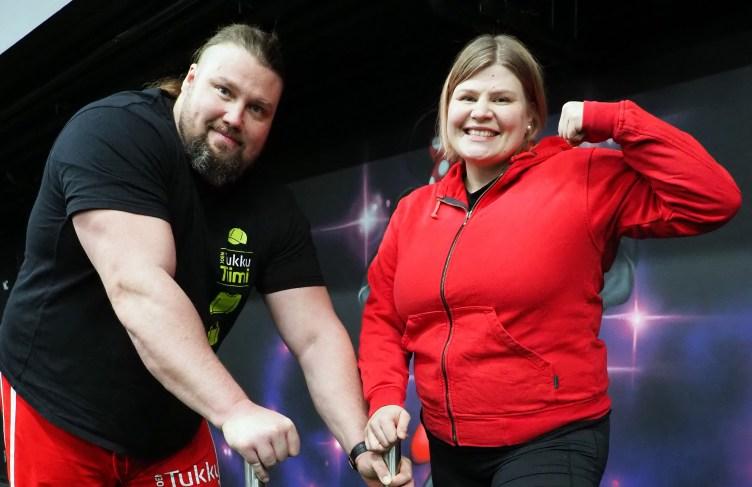 Suomen vahvin mies Mika Törrö ja Suomen vahvin mies Salla Romo poseeraavat kuntosalilla iloisesti kameralle.