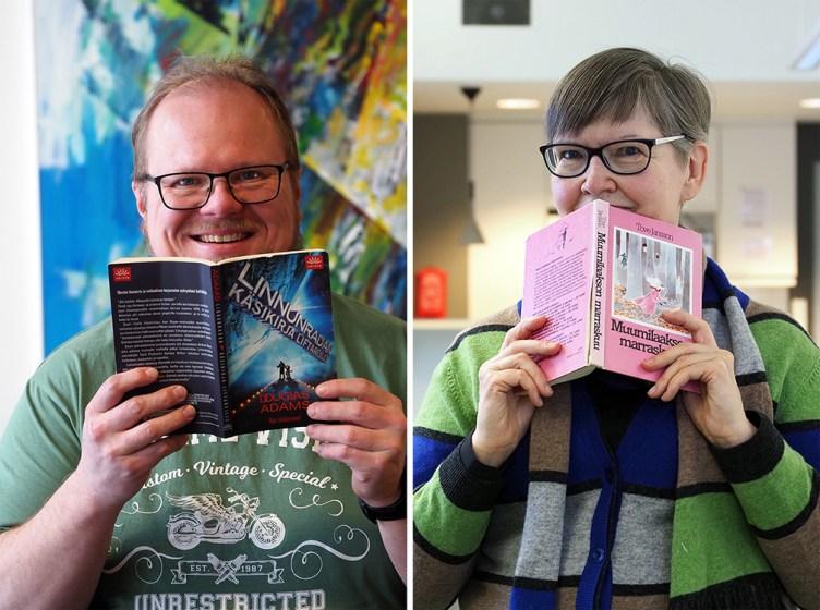 Mika Ruotsalainen pitää kädessään kirjaa Linnunradan käsikirja liftareille, ja katsoo kameraan hymyillen. Kaija Santti kurkistaa kirjan Muumilaakson marraskuu takaa.