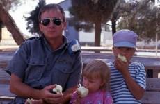 Petri Rask Israelissa 1990-luvun alussa pienten lastensa kanssa istuu aurinkolasit päässä rauhanturvaajan puvussa ja syö omenaa.