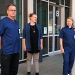 Mikko Raudaskoski, Leena Mgaya ja Eija Majasaari seisovat Siilaisen sairaalan ovella juttelemassa keskenään.