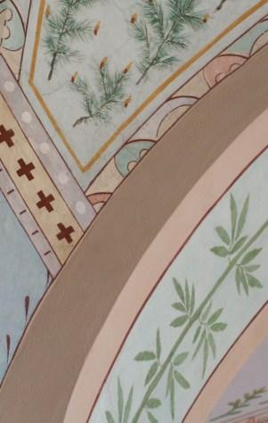 Kuva Joensuun kirkon sisäkatosta. Katossa kasviaiheista kuvitusta.