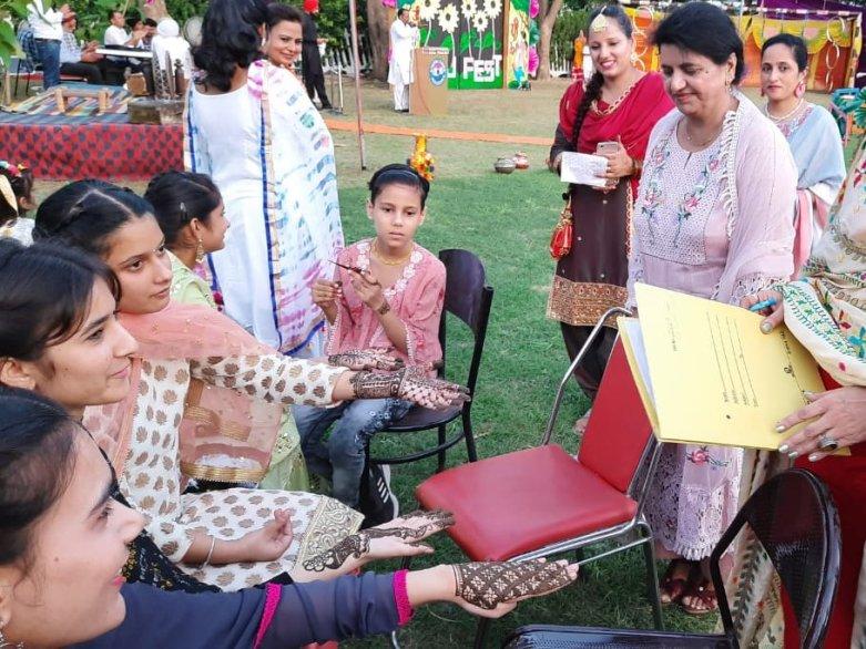 Mehndi (Henna handpainting)