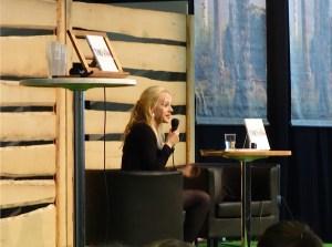 Paula Tilli kertoi kirjastaan Toisin - Minun Asperger-elämäni, joka herätti paljon ajatuksia.