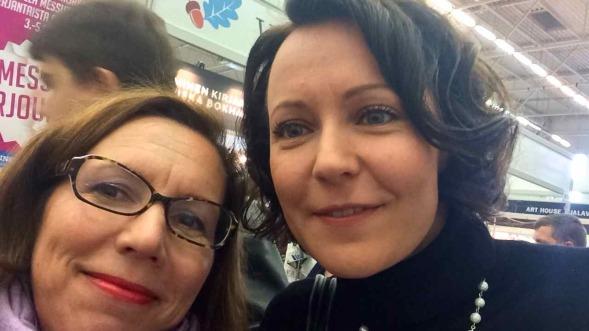 Turun kirjamessujen ohjelmapäällikkö Jenni Haukiolla oli hetki aikaa ja muutama sana meillekin, ja monelle muulle. Hurmaava nainen!