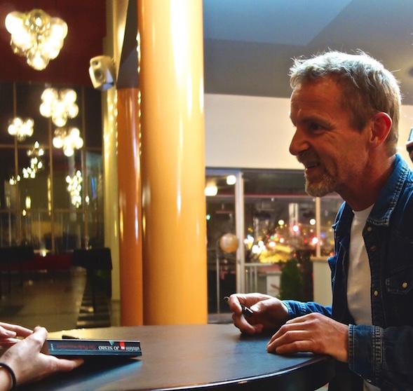Jo Nesbø signeerasi vielä pitkään haastattelunsa jälkeen