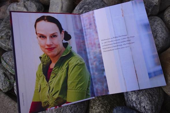 """Riikka Ala-Harja oli ilahtunut, että Kirsin Book Club käsitteli tapaamisessaan """"Maiharia"""", kuten Riikka kirjaansa kutsui."""