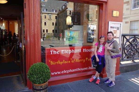 The Elephant House Edinbughissa, jossa J.K Rowling istui kirjoittamassa ensimmäisiä Harry Pottereita. Tyttäreni on syntynyt 31.7. samoin kuin Harry Potter ja J.K.