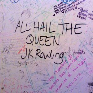 The Elephant Housen naistenhuoneen seinää. Miestenhuoneen puolella luki mm. Voldemort sucks.