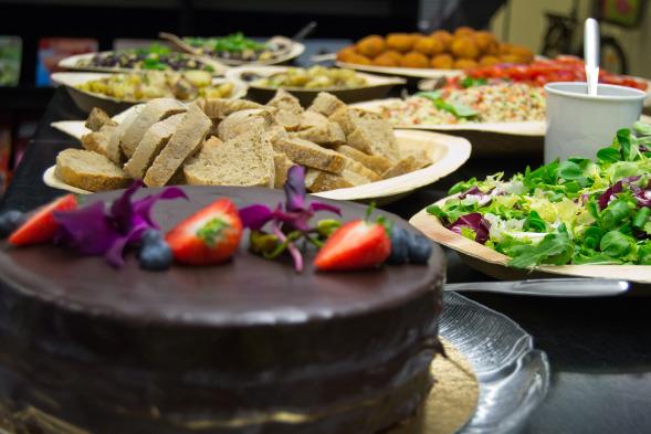 Intilaisten herkkujen lisäksi tarjolla oli orkideoin koristeltua suklaakakkua. Nam! (Kuva Hanna Pudas)