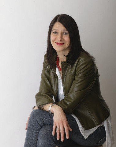 Riina Katajavuori on kirjoittanut leikittelevän irtonaisen kirjan.