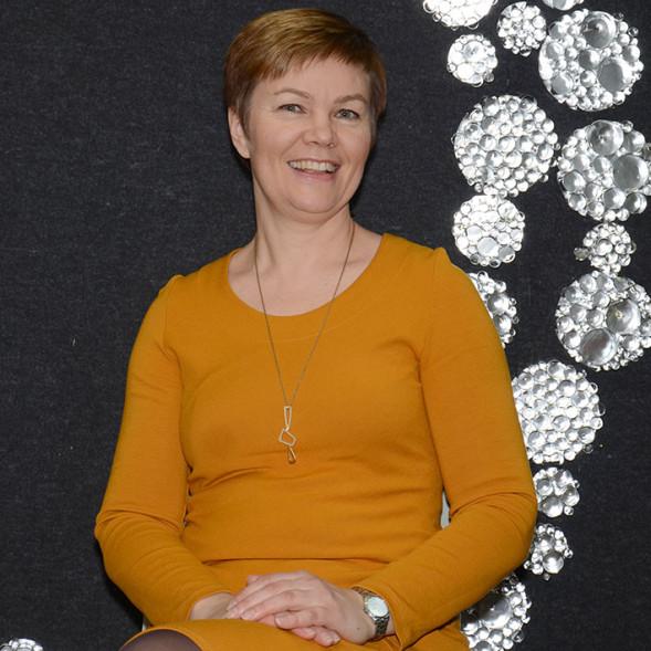 Sirpa Huttunen on Kalevalaisten Naisten Liiton toiminnanjohtaja. Kaulassaan Sirpalla on juhlavuoden Välke-koru, jonka on suunnitellut Saija Saarela.