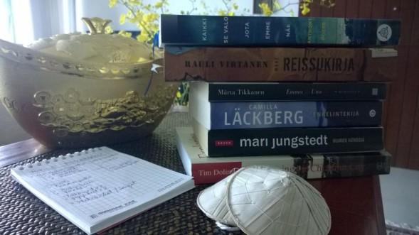 """Eija asuu Ho Chi Minh Cityssä, Vietnamissa ja lukee osan kirjapinostaan lomallaan Suomessa. """"Lomamuistivihkostani on toinen pää kirjoille ja toinen mökkiremontille. Remonttilista on jo nyt pitempi, mutta ehdin kyllä kirjastosta etsimään täydennystä tarvittaessa - ainakin toivon niin. Aurinkoa kesään!"""""""