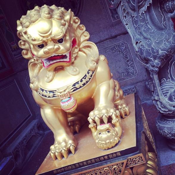 Tämä leijona vartioi SiSun lukupiirin kokoontumispaikan naapurissa olevassa temppelissä. Kuva Laura Ranin