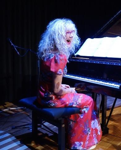 Säveltäjä Anna-Mari Kähärä hauskuutti yleisöä esittämällä Härkösen tekstiin säveltämänsä Vääränlainen mies -laulun.