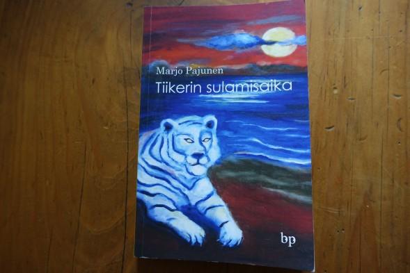 Tiikerin sulamisajan kannen on suunnitellut kirjailijan sisko, kuvataiteilija Mervi Pajunen.