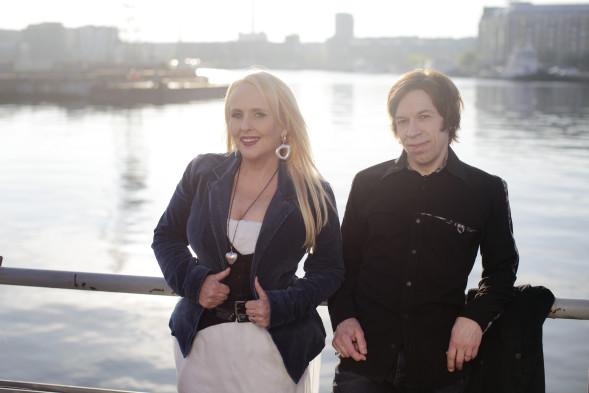 Maarit työskentelee tiiviisti yhdessä aviomiehensä, kitaristi ja säveltäjä Sami Hurmerinnan kanssa.