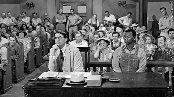 Atticus Finch (Gregory Peck) ja raiskauksesta syytetty Tom Robinson (Brock Peters) To Kill a Mocking Bird -elokuvassa