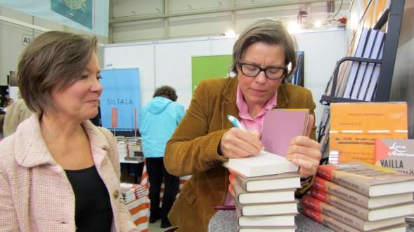 Liisa saa Lena Anderssonin signeerauksen.