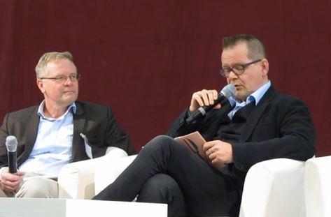 Kari Hotakainen lukee Henkireikä-kirjaansa Turun Kirjamessuilla, vieressä Touko Siltala.