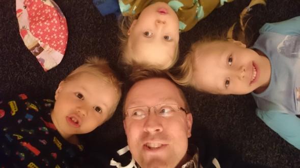 Kimmo lastensa Siirin, Leon ja Iiriksen kanssa.