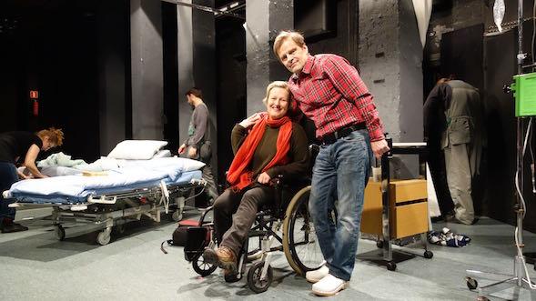 Marjut Toivanen ja Matti Olavi Ranin poseerasivat näyttämöllä siviilivaatteissaan. Marjut esitti mm. Rautavan äitiä ja Masa Leikkaajaa.