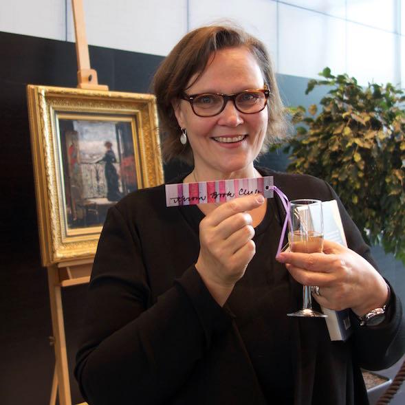 Eppu Nuotio sai Kirsin Book Clubin kirjanmerkin.