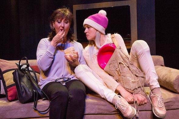 Kate (Heidi Herala) pyrkii pysymään tiukkana Sylvialle. Kuva © Tapio Vanhatalo