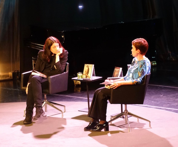 Helen Macdonald keskusteli kirjastaan H niinkuin haukka ja politiikasta Sirpa Kähkösen kanssa.