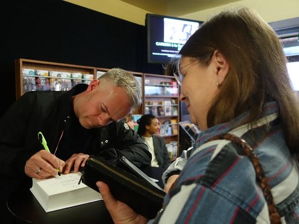 Minna sai Tore Renbergilta omistuskirjoituksen Nähdään huomenna -romaaniin.