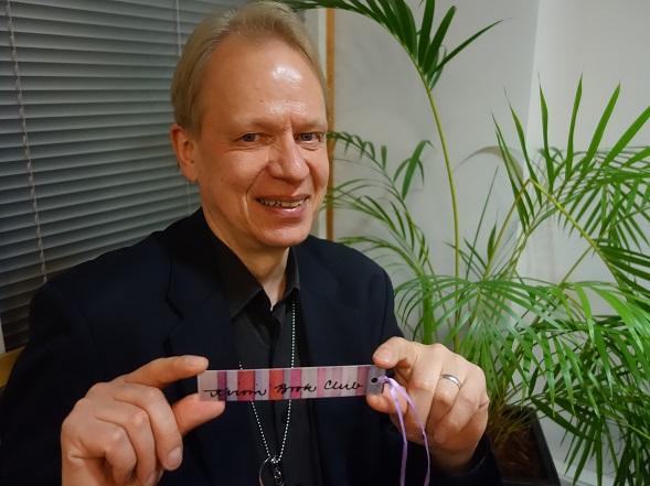 """Laudaturin päähenkilö on """"Peter Sandström"""", siis lainausmerkeissä. Kuvassa Peter Sandström ilman lainausmerkkejä."""