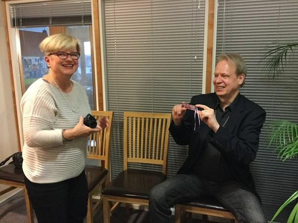 Bloggarikollega ikuisti myös kuvaajan ja nyt siis Sandströmin kirjan vannoutuneen ihailijan samaan kuvaan kirjailijan kanssa. Kiitos Tuija Takala.