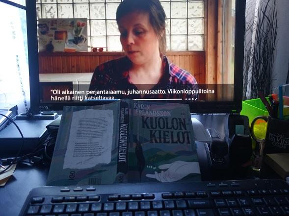 Näinkin voi lukupiirissä kohdata kirjailijan. Kuolonkielojen Facebook-lukupiiriä varten Karin Erlandsson kertoi videolla kirjastaan ja luki siitä otteita.